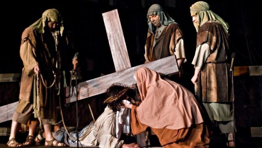 V času izvedbe edinstvenega dogodka organiziramo pogovor o uprizoritvenih izzivih Škofjeloškega pasijona s tremi režiserji.