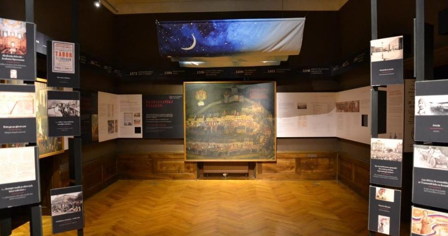 Obiskovalce bo po stalni razstavi popeljal muzejski svetovalec dr. Štefan Vevar. Posebno pozornost pri vodstvu bomo namenili Škofjeloškemu pasijonu.
