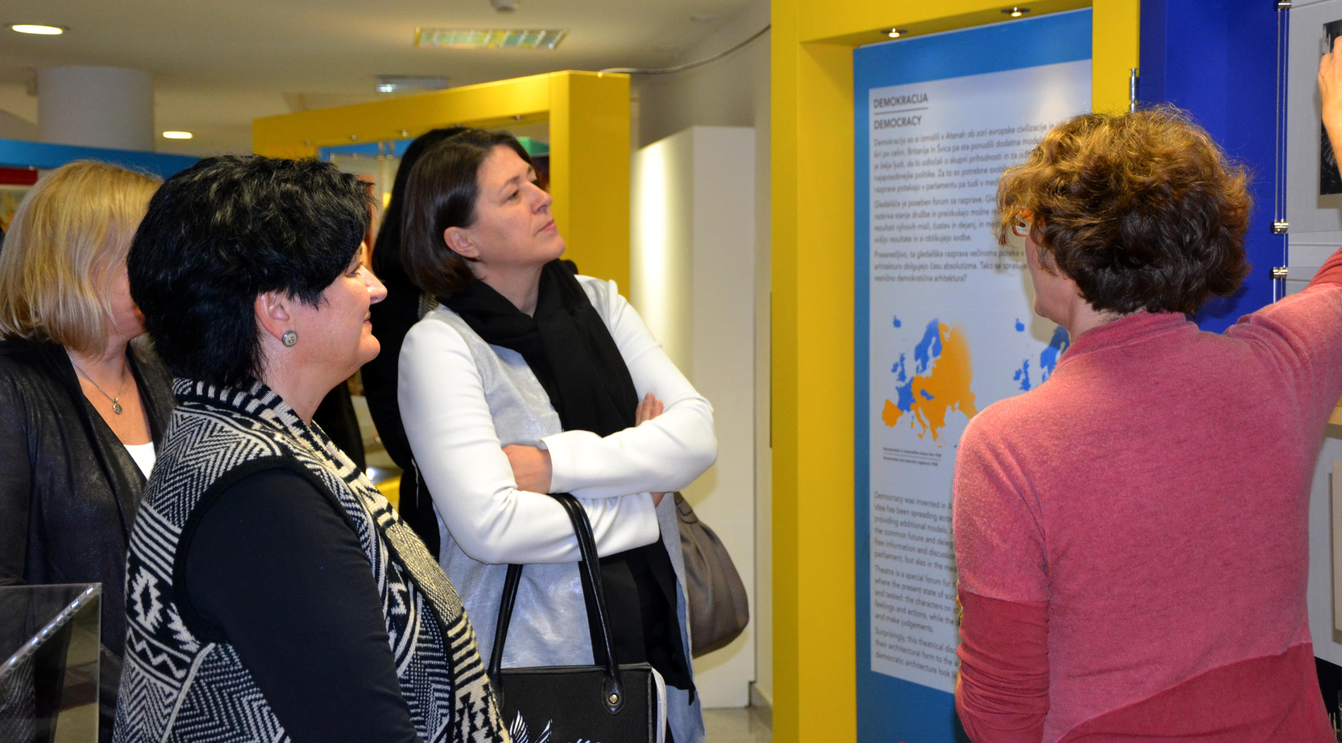 Mednarodno potujočo razstavo si je 18. novembra ogledala tudi evropska komisarka mag. Violeta Bulc.