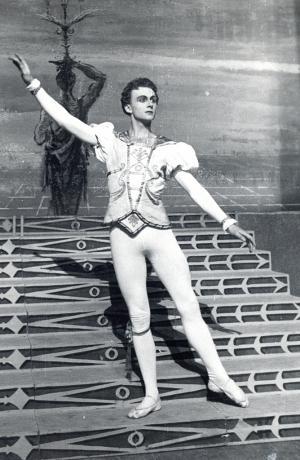 Janez Mejač kot Princ, Sergej Prokofjev, Pepelka. Balet v treh dejanjih po libretu Nikolaja Volkova. Opera SNG v Ljubljani.