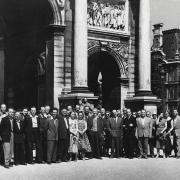 Drama Slovenskega narodnega gledališča v Ljubljani je leta 1956 gostovala v Parizu s Cankarjevimi Hlapci.