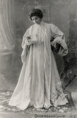 In the photo Zofja Borštnik Zvonar can be seen in the leading role of The Lady with the Camellias (Camille) by Alexandre Dumas fls, Sofa, 1905.