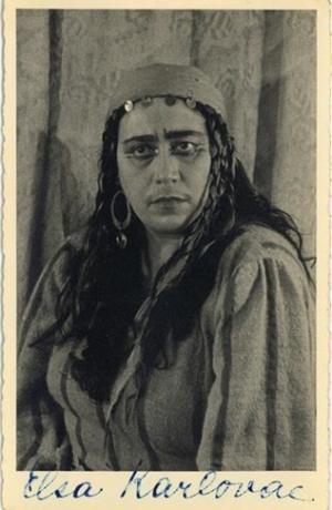 Elza Karlovac kot Azucena, Giuseppe Verdi, Trubadur, Opera SNG v Ljubljani, 1949/50.Vir: Ikonoteka SLOGI – Gledališki muzej.