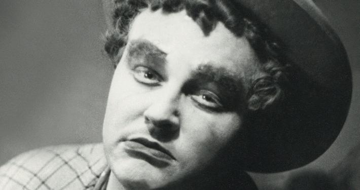 Bojan Stupica kot Macheath, poglavar tolovajske tolpe v Brechtovi in Weillovi Beraški operi, prvi slovenski uprizoritvi katere izmed iger Bertolta Brechta (Narodno gledališče v Ljubljani, premiera 30. 9. 1937), ki jo je tudi režiral in zanjo zasnoval scenografijo. Vir: Ikonoteka SLOGI – Gledališki muzej.