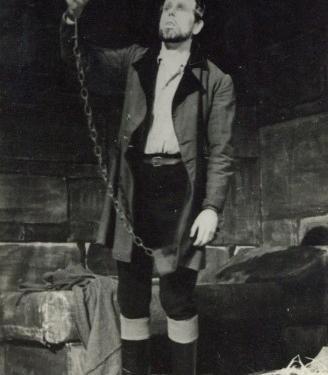 Rudolf Francl kot Florestan v Fideliu Ludwiga van Beethovna. Uprizoritev iz sezone 1947/48, premiera 3. 4. 1948, režija Ciril Debevec, dirigent Mirko Polič. Vir: Ikonoteka SLOGI – Gledališki muzej.