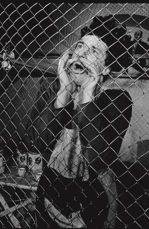 Aleš Valič kot Jožef v uprizoritvi Ela Herberta Achternbuscha v prevodu, režiji in scenografiji Eduarda Milerja (premiera 24. 4. 1983). Foto: Tone Stojko, vir: Ikonoteka SLOGI – Gledališki muzej.