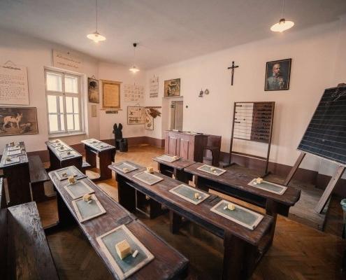 V stari učilnici šiba poje! Slovenski šolski muzej.