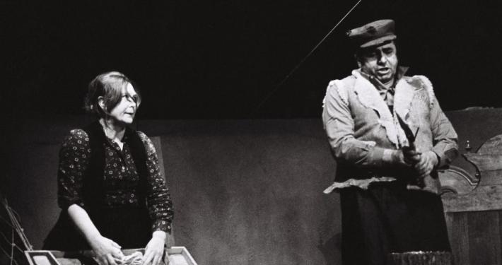Dane Zajc, Voranc, režiser Mile Korun, Drama SNG Ljubljana, premiera 16. 1. 1980. Na fotografiji: Štefka Drolc (Neža), Polde Bibič (Voranc). Foto: Jendo Štoviček. Vir: Ikonoteka SLOGI – Gledališki muzej.