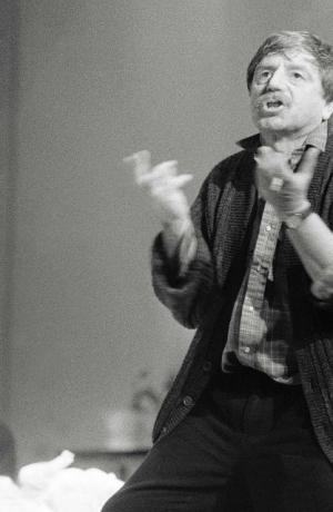 Dušan Jovanović, z vaje za uprizoritev Zid, jezero (režija Dušan Jovanović, Drama Slovenskega narodnega gledališča v Ljubljani, krstna uprizoritev 21. 2. 1989). Foto: Tone Stojko, vir: Ikonoteka SLOGI – Gledališki muzej.