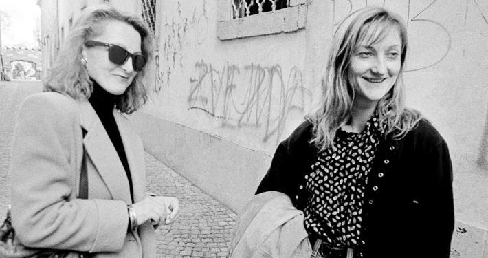 Nevenka Koprivšek (desno), ob njej igralka Olga Grad. Foto: Tone Stojko. Vir: Ikonoteka SLOGI – Gledališki muzej.