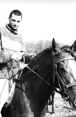 Fotografija Tomija Janežiča ob pripravi slikovnega gradiva za gledališki list uprizoritve Equus v produkciji Mestnega gledališča ljubljanskega (premiera 18. 4. 1996). Foto: Tone Stojko. Vir: Ikonoteka SLOGI – Gledališki muzej.