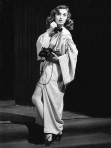 Alja Tkačev kot Ona v predstavi Jean Cocteau: Človeški glas, Komedijantski atelje, režiser: Janez Sršen, premiera: 1. 9. 1958, Radovljica. Vir Ikonoteka SLOGI – Gledališki muzej.